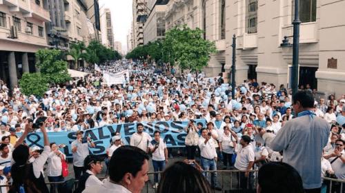 """Ecuador celebra la semana por la vida con un """"Gran Rosario""""."""